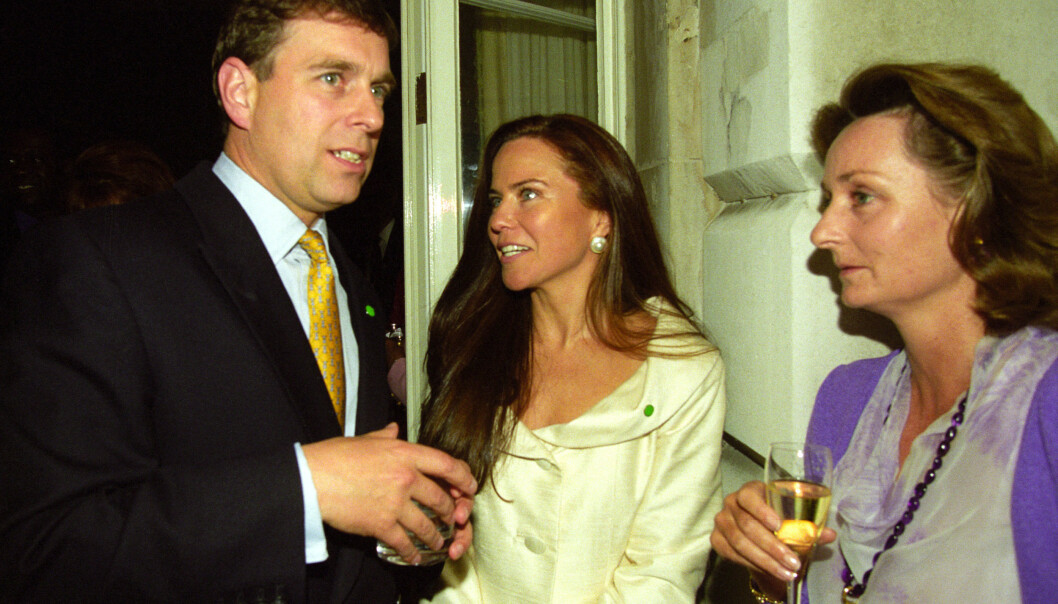 BRUDD: Forholdet mellom prins Andrew og skuespilleren Koo Stark (midten) tok slutt, men de bevarte det gode vennskapet. Her er de avbildet på en fest i 1999. Foto: NTB Scanpix