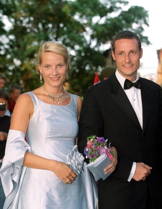 SKEPSIS: Kronprinsesse Mette-Marit ble møtt med skepsis av det norske folk da det i 2000 ble kjent at hun var kjæresten til kronprins Haakon. Her er paret avbildet sammen i 2001, bare dager før de giftet seg. Foto: NTB Scanpix