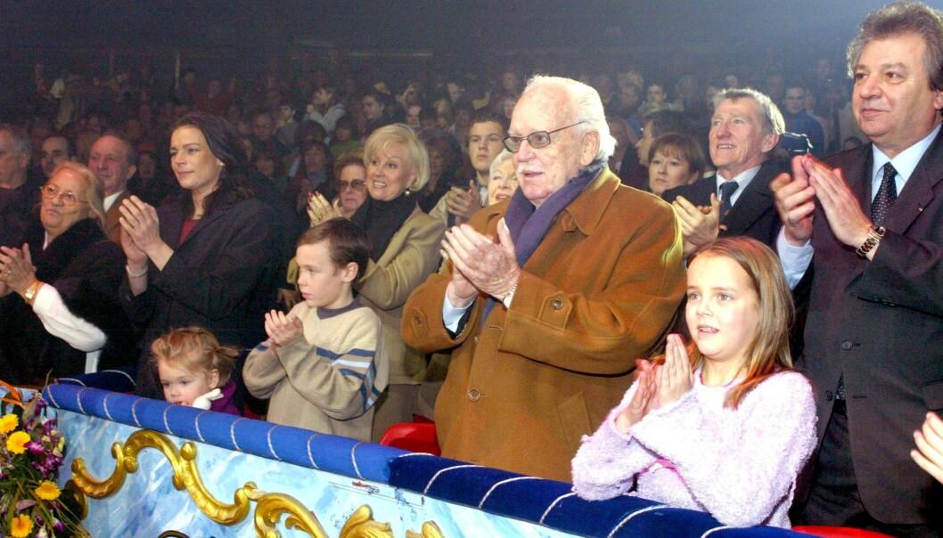 SIRKUS: Stephanie har vært sammen med to sirkusartister fra Monte Carlo Circus House. Her står hun på første rad med faren Rainiere og sine tre barn på sirkus i 2003. I en periode bodde prinsessen og hennes tre barn i en av sirkusvognene.Foto: NTB Scanpix