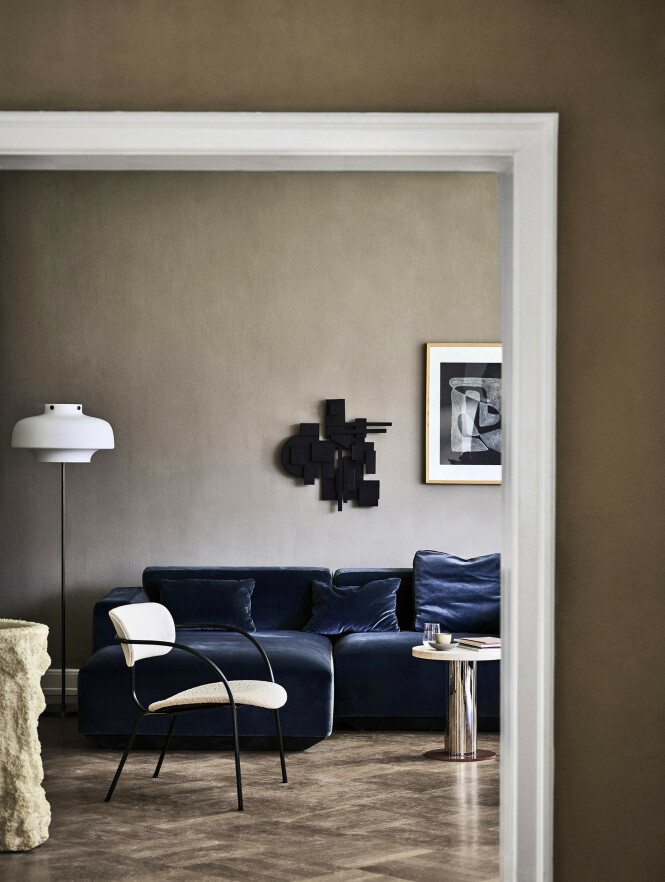 Modulsofaen «Develius» kommer til sin rett mot jordfargede vegger og gulv (som vist på bildet koster sofaen kr 42 890, AndTradition). Tips! Kjølige blåtoner blir aller finest sammen med   varmere farger, synes vi, og aldeles NYDELIG i kombinasjon med grønt og brunt! FOTO: Produsenten
