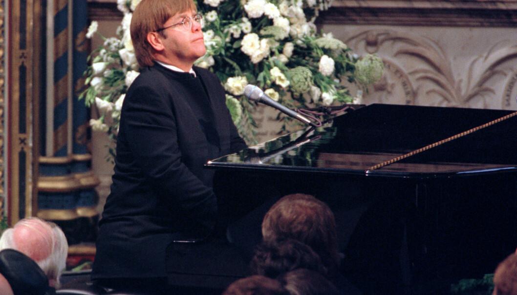 GODE VENNER: Elton John og prinsesse Diana har mange minner sammen. Derfor var det ikke unaturlig for artisten å spille i begravelsen hennes, som ble arrangert i september 1997. Her spilte han en nyskrevet versjon av «Candle in the Wind». Foto: NTB scanpix
