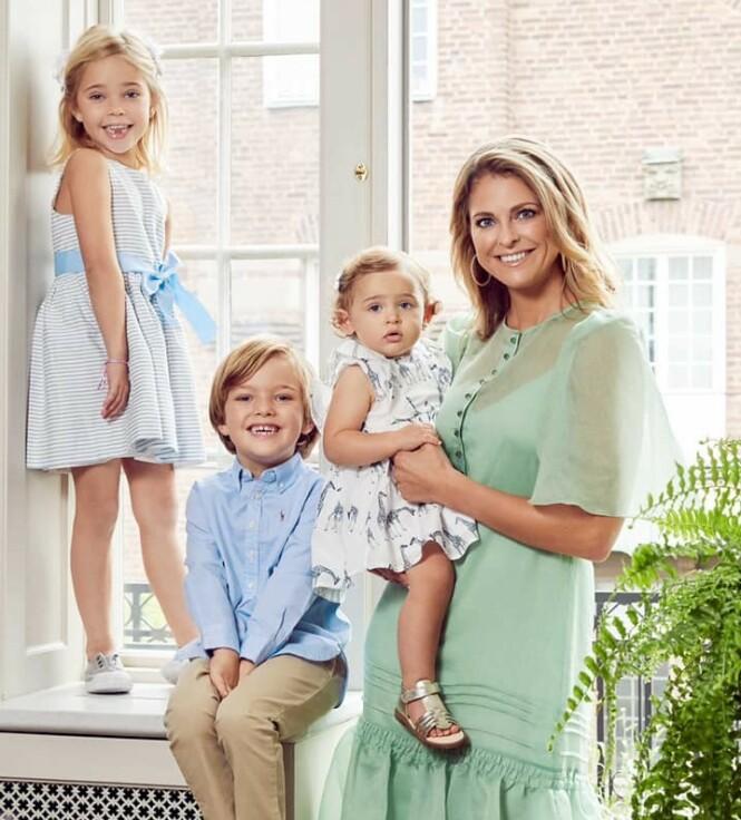 STOLT MOR: Dette bildet av prinsesse Madeleine og barna Leonore, Nicolas og Adrienne ble tatt høsten 2019 - og den svenske fotografen Emily Dahl fikk oppdraget om å ta de søte familiefotografiene. FOTO: Kungahuset / Emily Dahl