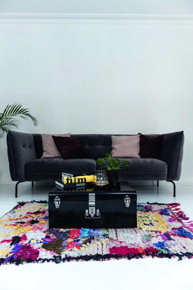 Det marokkanske teppet lyser opp. Velursofaen og bordet er begge fra Ilva. Teppet er kjøpt hos Mark&Waldorf. Tips! Velg større møbler som sofa og bord i dempede farger, og skru i stedet opp fargefaktoren på tepper og tilbehør. Da kan du lettere bytte fargepalett. FOTO: Benjamin Lee Rønning Lassen