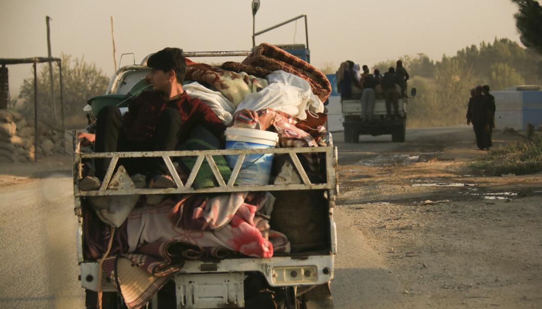 Syrere på flukt fra tyrkiske luftangrep onsdag. Tyrkia har nå innledet en bakkeoffensiv i Nord-Syria. Foto: Baderkhan Ahmad / AP / NTB scanpix