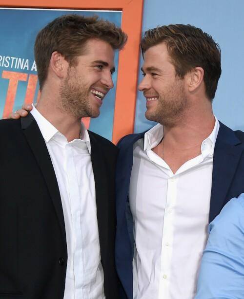 GOD STØTTE: Her er de to brødrene Liam og Chris Hemsworth avbildet i 2015. Sistnevnte skal ha vært en stor støtte for lillebroren etter bruddet. Foto: NTB Scanpix