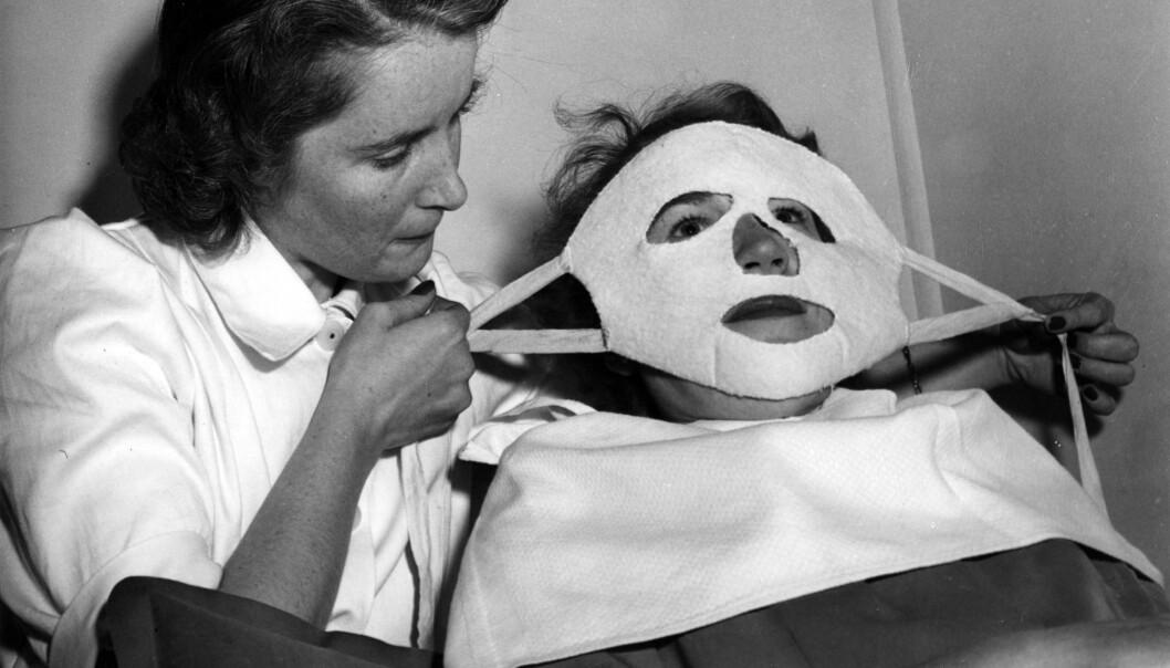 ELEKTRISK MASKE: En kunde får påført en elektrisk maske på en skjønnhetssalong i 1950. Masker som denne skulle virke oppfriskende. Foto: NTB Scanpix