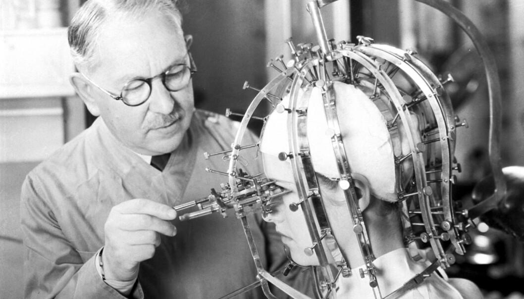 SKJØNNHETSOPPFINNELSE: Max Factor er kjent som en av skjønnhetsindustriens pionerer. Her er han avbildet med oppfinnelsen «The Beauty Micrometer». Foto: NTB Scanpix
