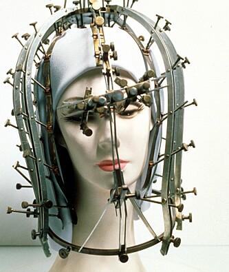 USYNLIGE «FEIL»: Med metall-strips og skruer skulle kvinnens såkalte skjemmende ansiktstrekk avdekkes. Foto: NTB Scanpix