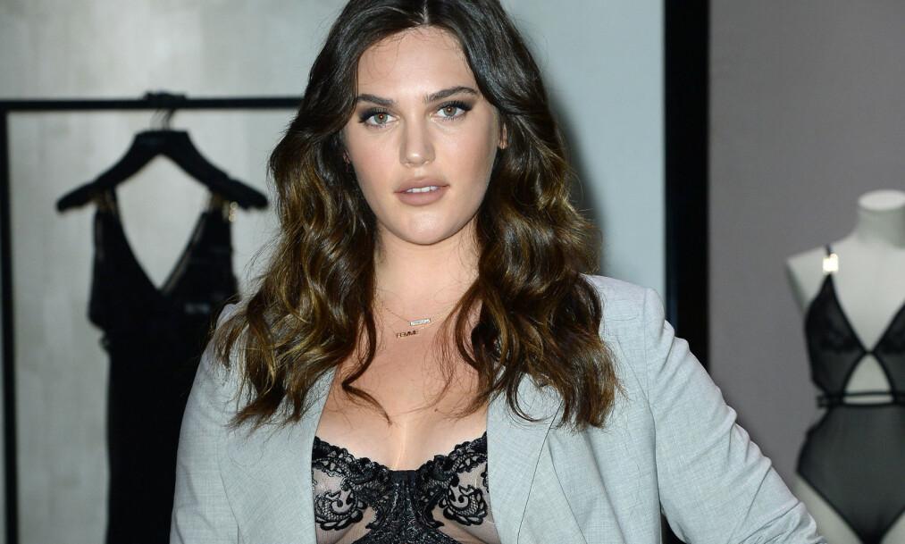 HISTORISK: Victoria's Secret snur i spørsmålet om plus size-modeller, etter å ha fått kritikk for manglende mangfold i en årrekke. Her er undertøymerkets første såkalte plus size-modell, Ali Tate-Cutler. Foto: NTB Scanpix