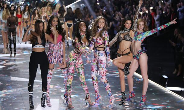 KRITISERT: Victoria's Secret har møtt motbør for å kun benytte seg av sylslanke «A4-modeller». Her er Barbara Palvin, Yasmin Wijnaldum, Winnie Harlow, Gigi Hadid, Kendall Jenner og Alexina Graham i Victoria Secret Fashion Show i 2018. Foto: NTB scanpix