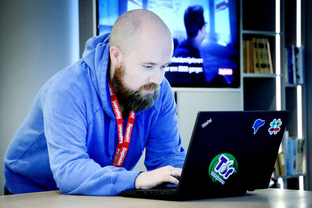 """Tor Henning Ueland er utvikler i Dagbladet, og ble bedt om å sjekke en rar tweet fra PST og """"twitte3rhai"""". Her deler han hele løsningen på årets jobbannonse-gåte! 📸: Ole Petter Baugerød Stokke"""