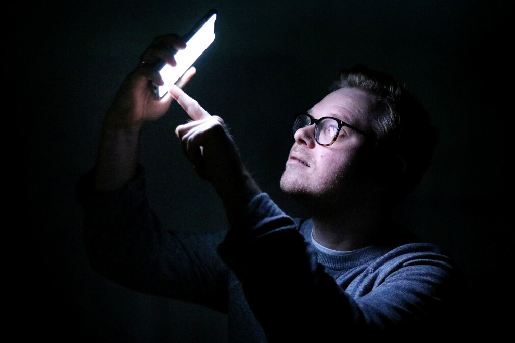 iOS støtter darkmode på tvers av operativsytemet fra iOS 13, og de er ikke alene. Både Windows og Android har også støtte for endringer av fargemodus. Jørgen guider deg til hvordan du koder for mørk modus. 📸: Ole Petter Baugerød Stokke