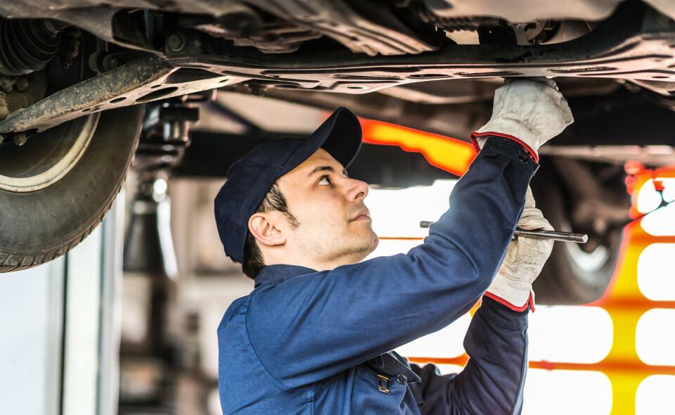 GARANTIUTLØP: En test av elbilen hos mekaniker kan spare deg for mange tusen. Foto: NTB Scanpix