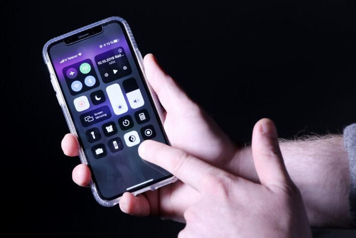 Du kan lett velge mellom mørk og lys modus fra kontrollpanelet i iOS 13. 📸: Ole Petter Baugerød Stokke