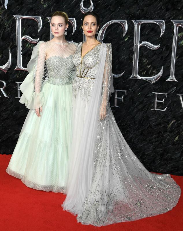 <strong>KOLLEGER:</strong> Elle Fanning og Angelina Jolie matchet hverandre i lyse, glitrende kjoler på London-premieren. Foto: NTB scanpix