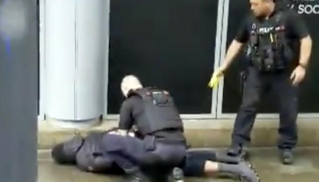 Pågripelsen av den antatte gjerningsmannen etter knivstikkingen ble filmet og opptaket ble lagt ut i sosiale medier. Politiet har siktet mannen for terror. Foto: John Greenhalgh / AP / NTB scanpix
