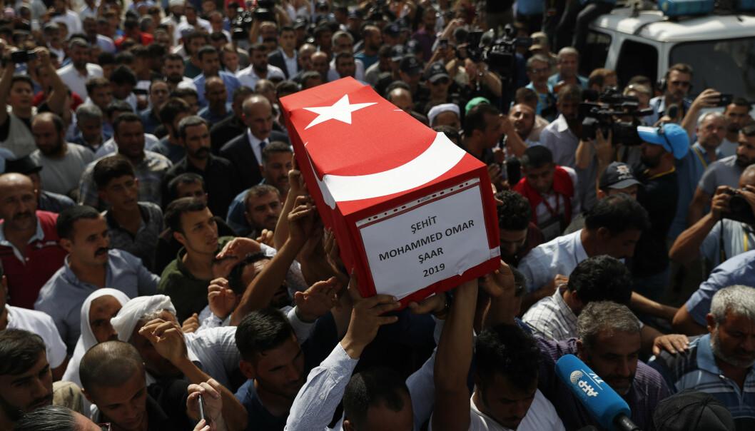 Ti måneder gamle Mohammed Omar Saar ble drept i et angrep fra den kurdiske YPG-militsen mot den tyrkiske byen Akcakale torsdag. Fredag ble han båret til graven. Foto: AP / NTB scanpix