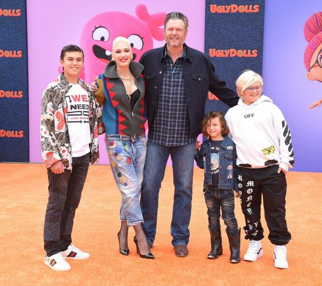 SAMLET: Her er Gwen Stefani avbildet sammen med sine tre sønner og kjæresten Blake Shelton tidligere i år. Foto: NTB Scanpix