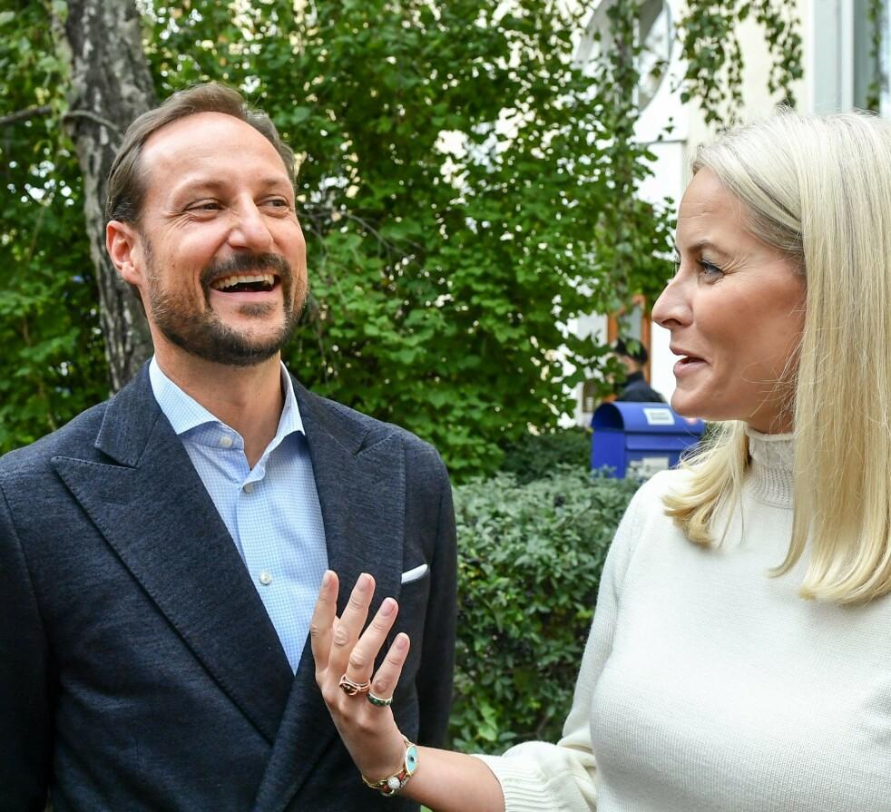 <strong>LATTEREN SATT LØST:</strong> Kronprins Haakon måtte le da han fikk spørsmål fra KK om hvordan man kan vekke ungdommens leselyst - hans egne barn er nemlig ikke supergira når han setter på lydbøker i bilen som omhandler politikk. FOTO: NTB Scanpix