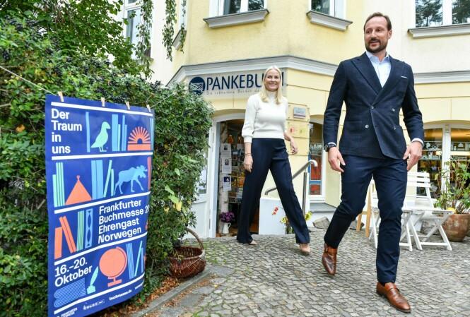 <strong>LITTERATUR I FOKUS:</strong> Kronprinsparet sier til KK at de begge satte pris på å bli lest for som barn. Her utenfor bokhandelen Pankebuch i Berlin. FOTO: NTB Scanpix