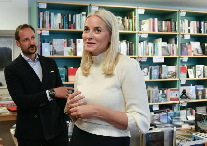 <strong>AMBASSADØR:</strong> Kronprinsessen er spesielt opptatt av litteratur, og har fått med seg ektemannen kronprins Haakon på å fremme norsk litteratur i Tyskland. Her i Pankebuch bokhandel i Berlin. FOTO: NTB Scanpix