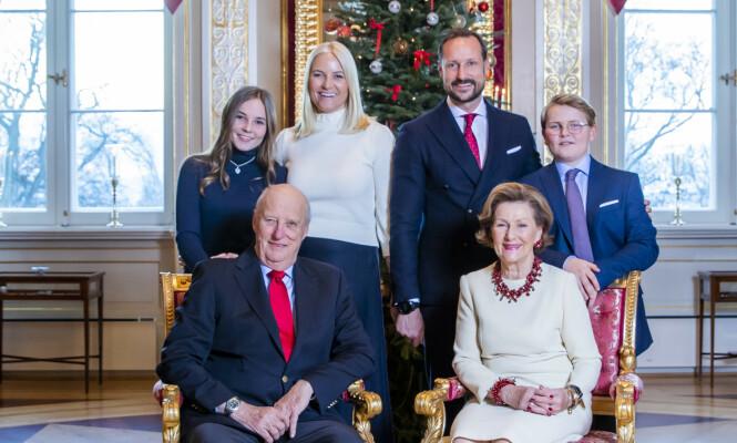 JULEFOTO: På kongefamiliens julefotografering i 2018 bar kronprinsessen den hvite ullgenseren. FOTO: NTB Scanpix