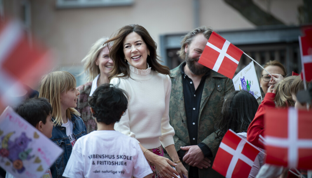 FOKUS PÅ ANTI-MOBBING: I april var kronprinsesse Mary på skolebesøk i Købehavn, og var ikledd den hvite ullgenseren. FOTO: NTB Scanpix
