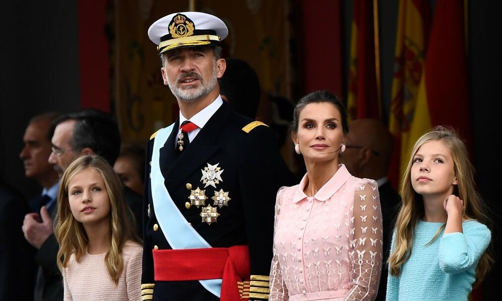 NASJONALDAG: Kronprinsesse Leonor (t.v.), kong Felipe, dronning Letizia og prinsesse Sofia viste seg for det spanske folket under feiringen av nasjonaldagen. Foto: NTB Scanpix