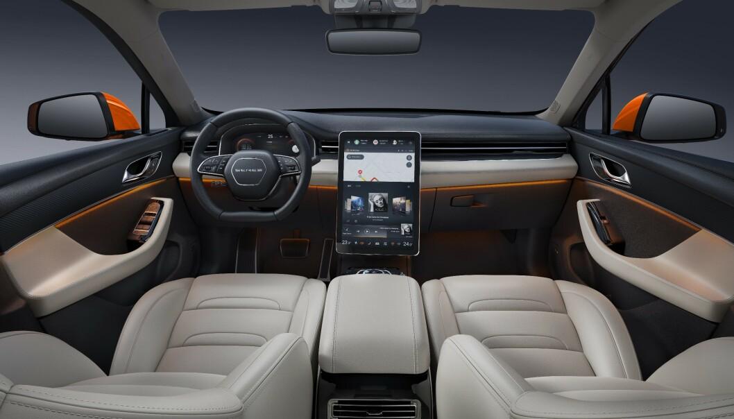 LIK TESLA: Inni bilen ser vi en skjerm som kan minne om de vi er kjent med fra Tesla sine modeller. Foto: SERES