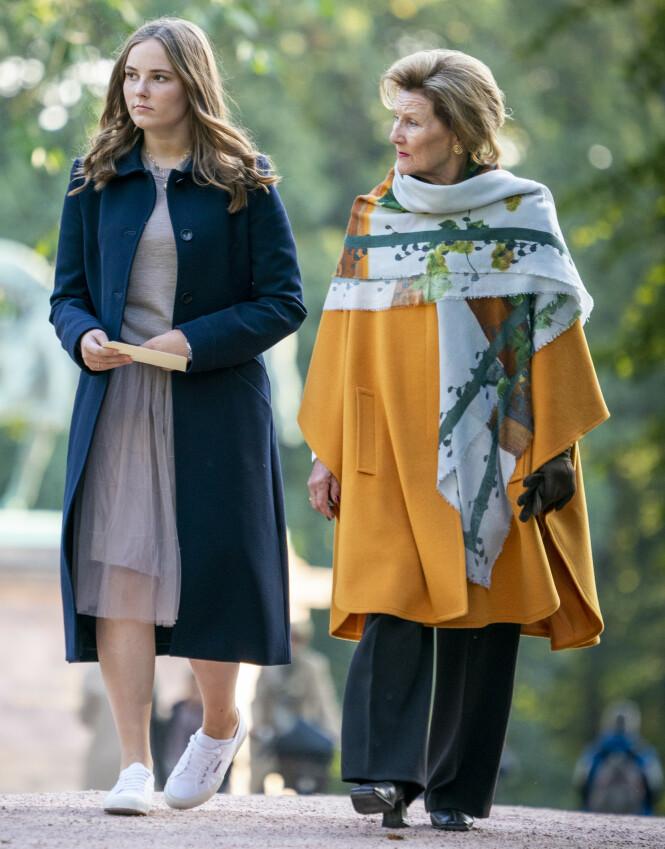 TRONARVING: Prinsesse Ingrid Alexandra kommer til å ta over tronen etter sin far kronprins Haakon. Her sammen med dronning Sonja på vei til åpning av prinsessens skulpturpark. Foto: Heiko Junge / NTB scanpix