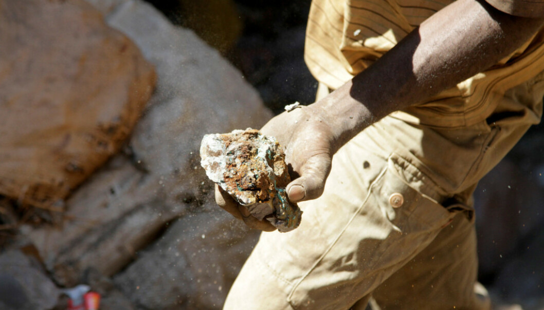 KONGO-KOBOLT: Bildet viser en arbeider med en kobolt-stein fra en av landets mange gruver. Foto: Reuters.