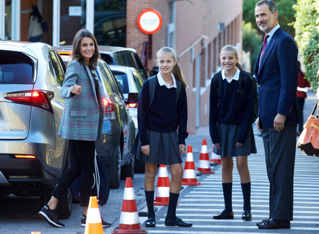 KJØRTE SELV: Kong Felipe og dronning Letizia kjørte selv døtrene til første skoledag. Foto: NTB Scanpix