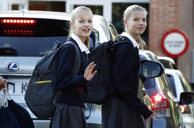 HILSTE: Kronprinsesse Leonor og prinsesse Sofia hilste på fotografene på vei til høstens første skoledag i september. Foto: NTB Scanpix