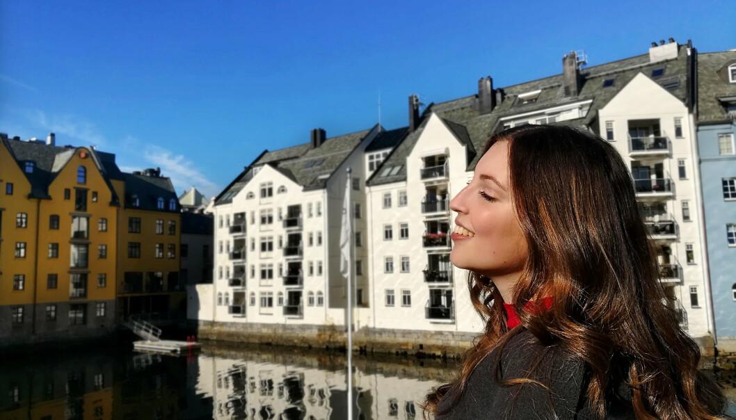 ÅLESUND: Sandra er bosatt i jugendbyen Ålesund med Sunnmørsalpene og havgapet som nærmeste naturopplevekse. FOTO: Privat