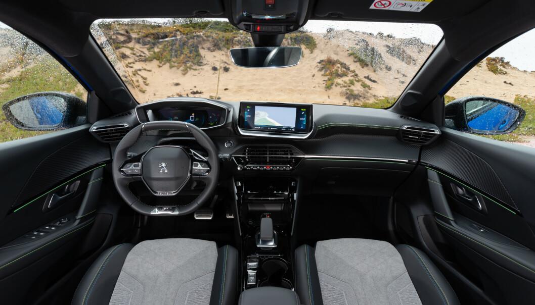 NYTENKING: Peugeot har videreført i-Cockpit, der instrumentene vises over rattet. Foto: Peugeot
