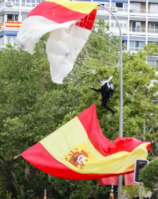UHELDIG: Fallskjermhopper Luis Fernando Pozo ble sittende fast i en lyktestolpe under paraden i Madrid lørdag. Foto: NTB scanpix