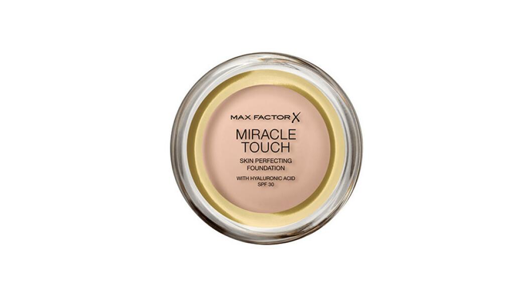 Max Factor Miracle Touch Foundation er unik i sin formula og nå er den oppgradert med hyaluronsyre og SPF 30. Denne foundationen går fra fast til flytende ved kontakt med huden. Den har høy dekkevne, samtidig som den føles lett på huden. Den jevner ut huden og tilfører den en frisk glød.