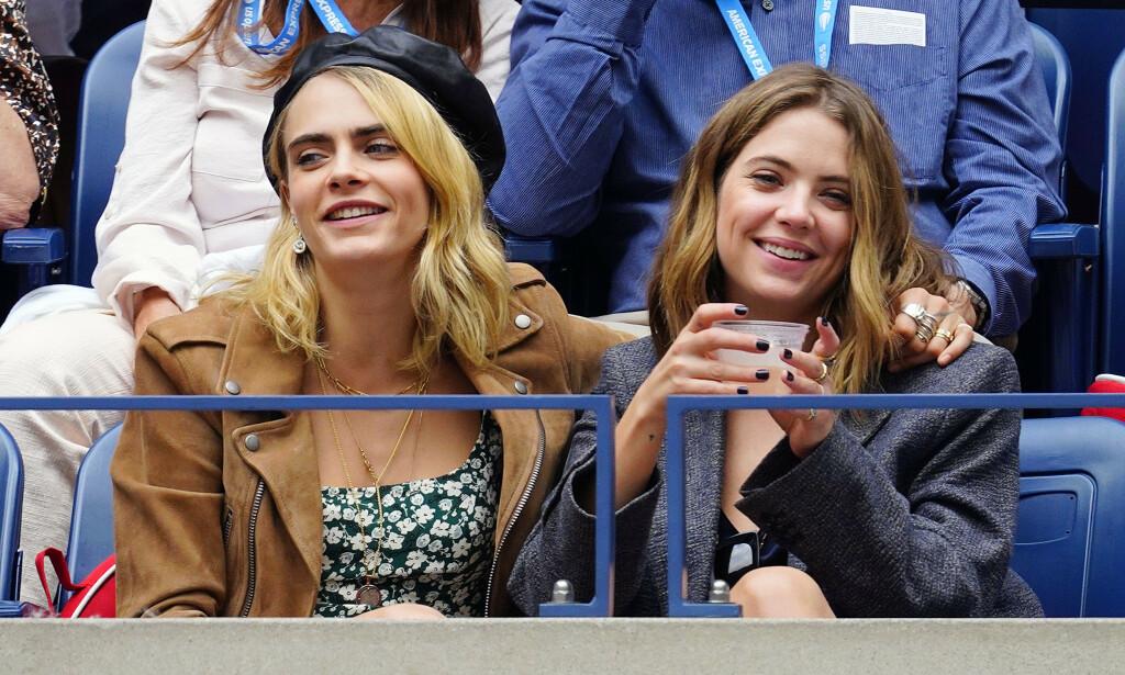 KJÆRESTER: Cara Delevingne og Ashley Benson har vært kjærester i litt over et år. Her koser de seg sammen under US Open i New York i september. Foto: NTB Scanpix