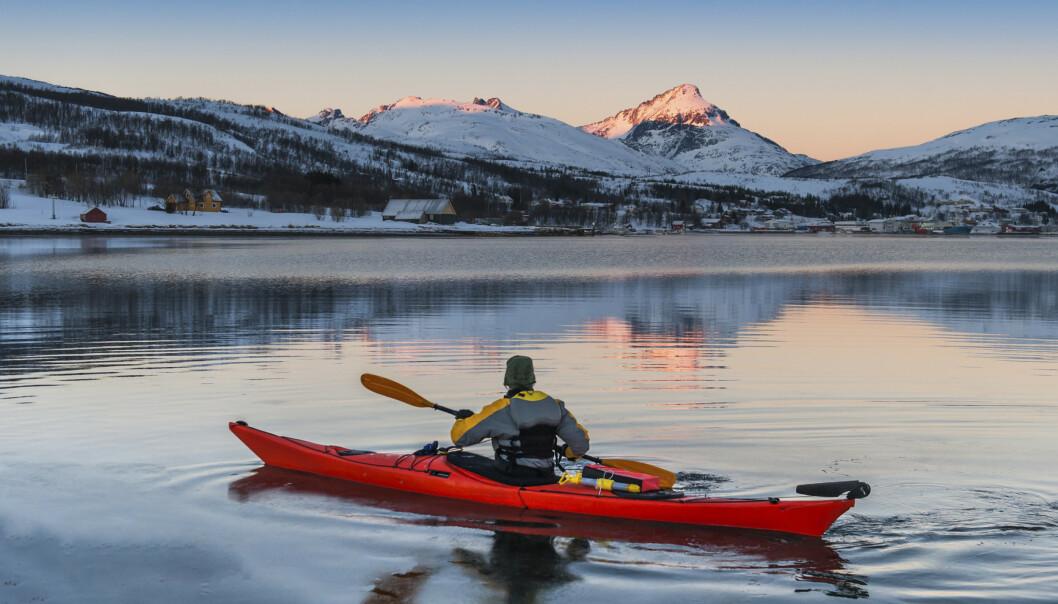 En padletur om vinteren kan gi både en deilig pause fra hverdagsmaset og viktig lyseksponering i mørketiden. Pass på at du har sikkerhetsutstyret i orden. FOTO: Shutterstock/NTB Scanpix