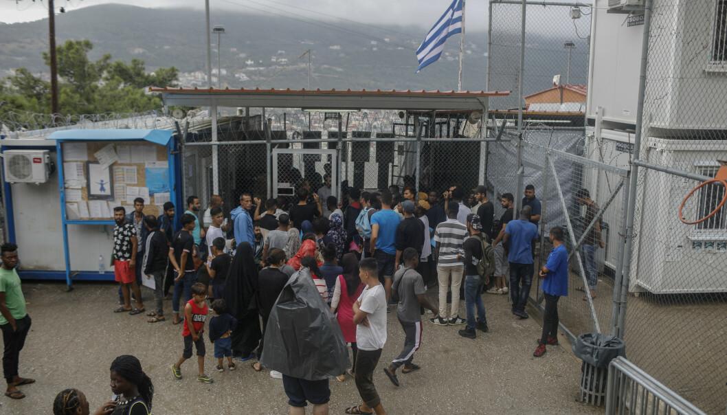 Flyktninger og asylsøkere utenfor en leir på øya Samos i Hellas. Foto: AP / NTB scanpix