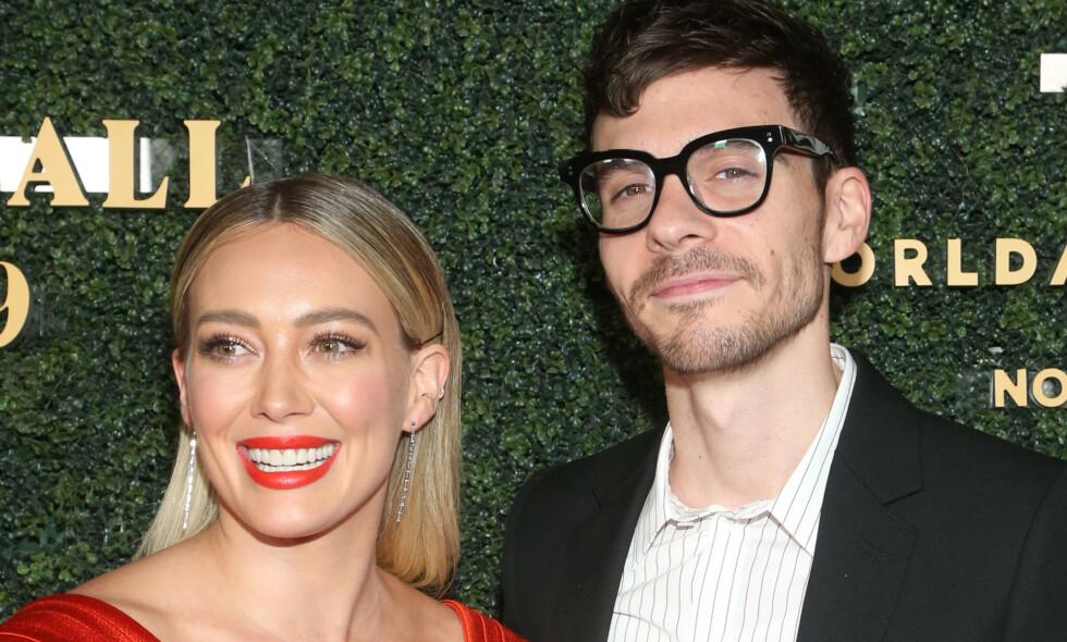 PÅ GALLAMIDDAG: Forrige helg var Hilary Duff og forloveden Matthew Koma på en gallamiddag i Hollywood. Et bilde delt på Instagram i den anledningen, får fansen til å spekulere i om de to kan ha giftet seg i all hemmelighet. Foto: NTB Scanpix