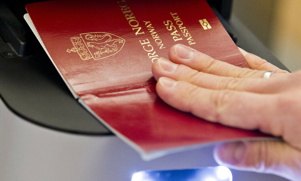 <strong>PASSKONTROLL:</strong> Den indre grensekontrollen videreføres i ytterligere seks måneder fra 12. november, varsler Justisdepartementet. Foto: Vegard Grøtt/NTB Scanpix