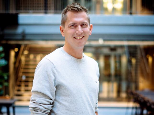 Mikael Berg forteller om jobben i Just Technologies, hvor de blant annet bruker mye Bazel. 📸: Privat