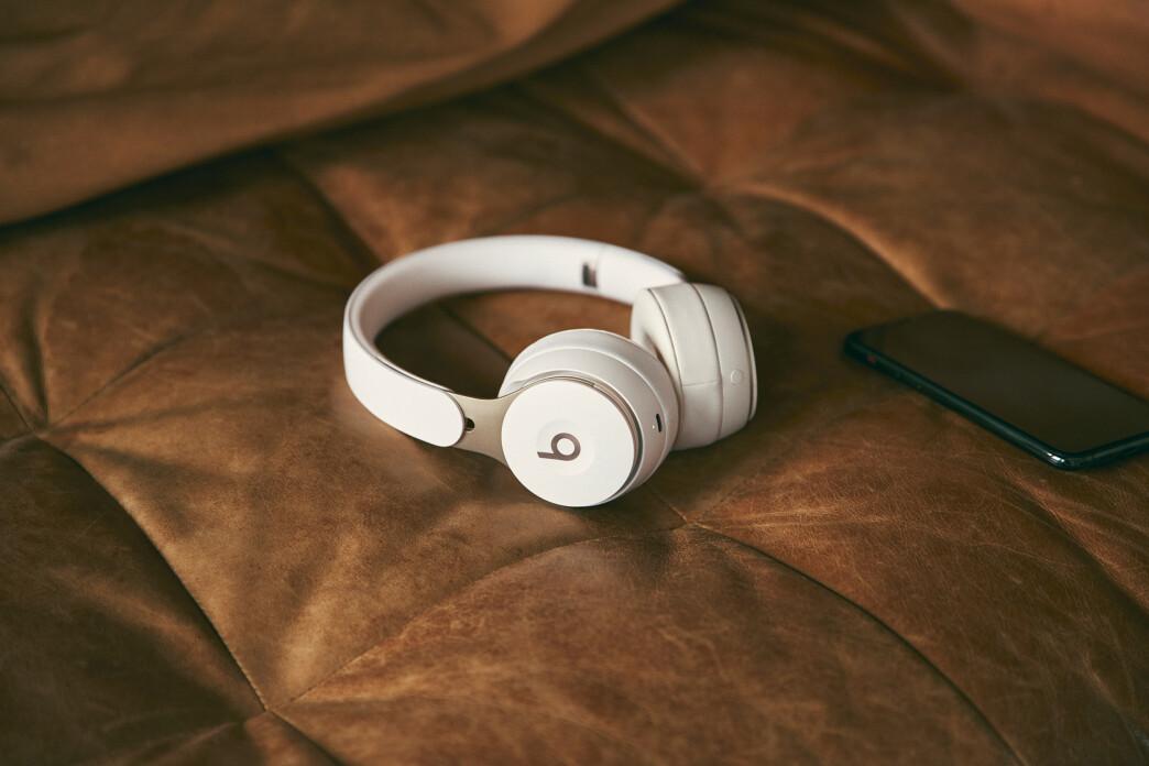 <strong>NYTT DESIGN:</strong> Beats Solo har fått et nytt design og byr nå på aktiv støydemping. Foto: Beats