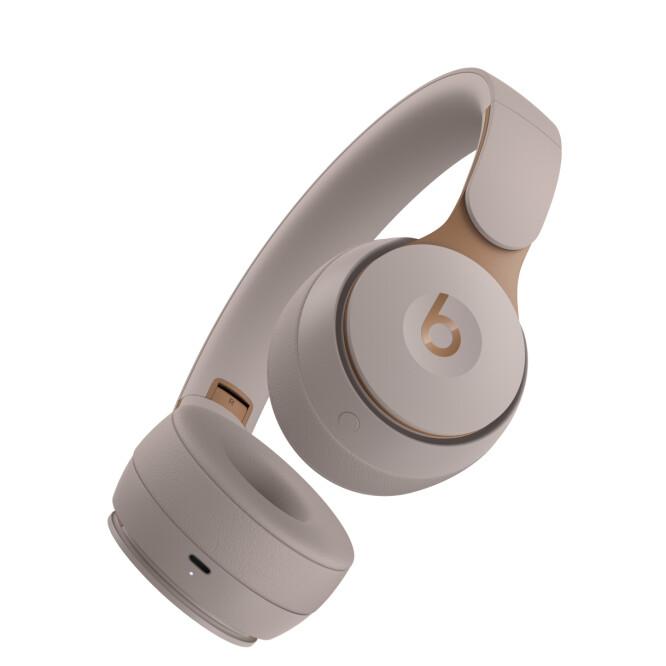 <strong>INGEN KABEL:</strong> I motsetning til forgjengeren kan du ikke plugge i hodetelefon-kabel på Solo Pro. På undersiden kan du se knappen til å skru av og på støydemping. Foto: Beats