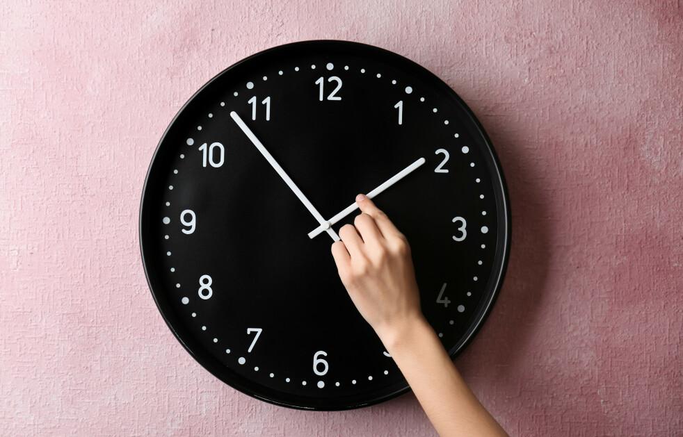 <strong>Husker du regelen for hvilken vei klokka skal stilles? Foto:</strong> NTB Scanpix.