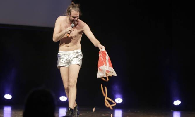 KOMIKER: Lars Berrum har blant annet gjort stor suksess som standup-komiker. Her er han på scenen på Chateau Neuf i 2015. Foto: NTB Scanpix