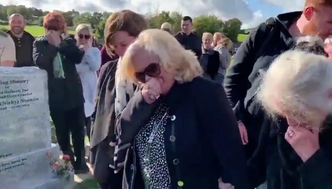 Plutselig bryter begravelsen ut i latter