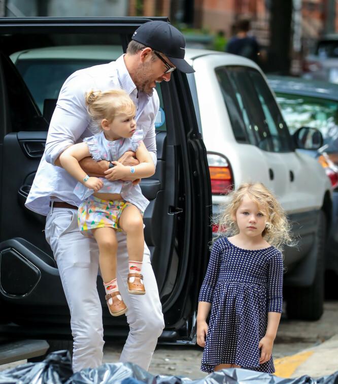<strong>SMÅBARNSFAR:</strong> Ryan Reynolds innrømmer at det ikke alltid går smertefritt for seg når han er ute og flyr med døtrene Inez og James. Her avbildet i New York i fjor sommer. Foto: NTB scanpix