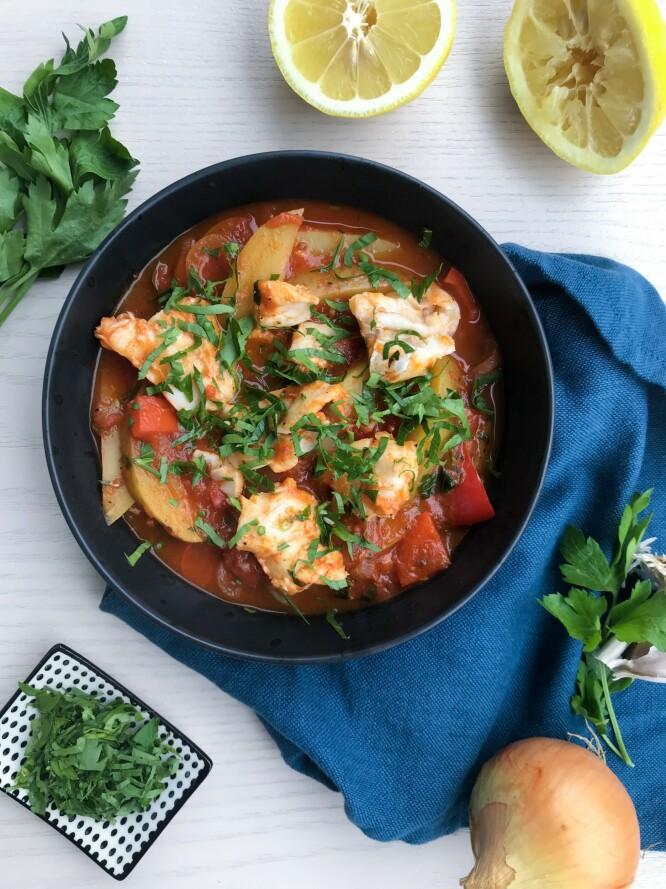 SUNT, VARMT OG RIMELIG: En smakfull torskegryte med tomat og potet. Foto: Marie Thrane